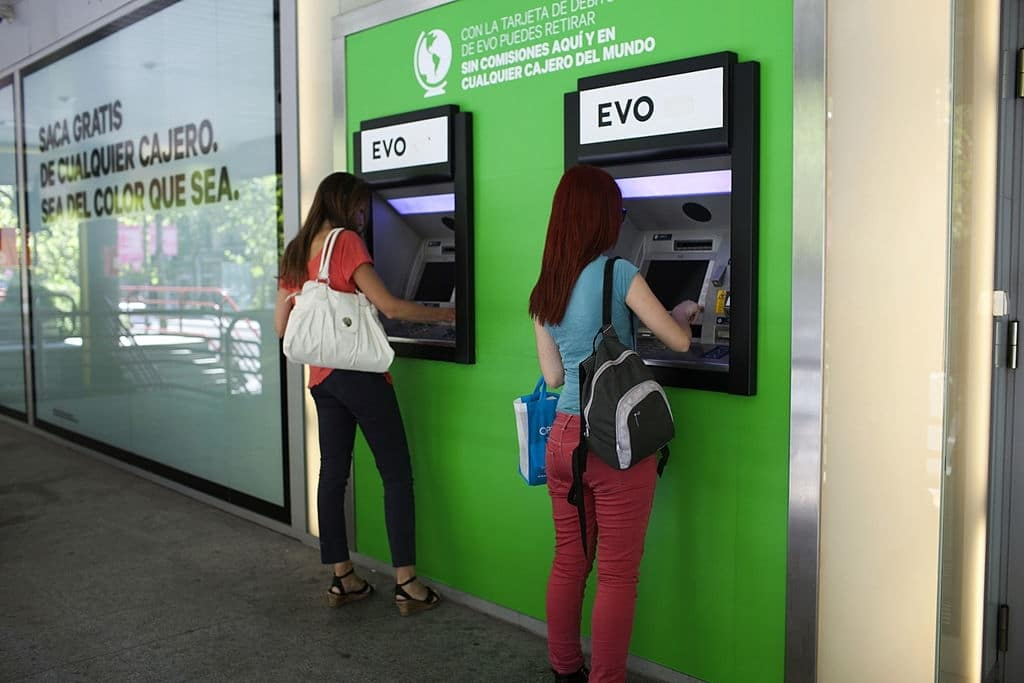 Puedes utilizar gratis hasta 6000 cajeros en España.