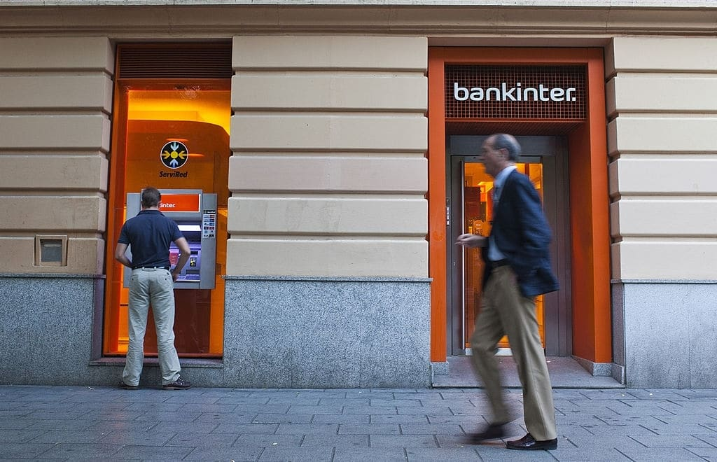 Los cajeros automáticos es una de las ventajas de la cuenta nómina Bankinter.