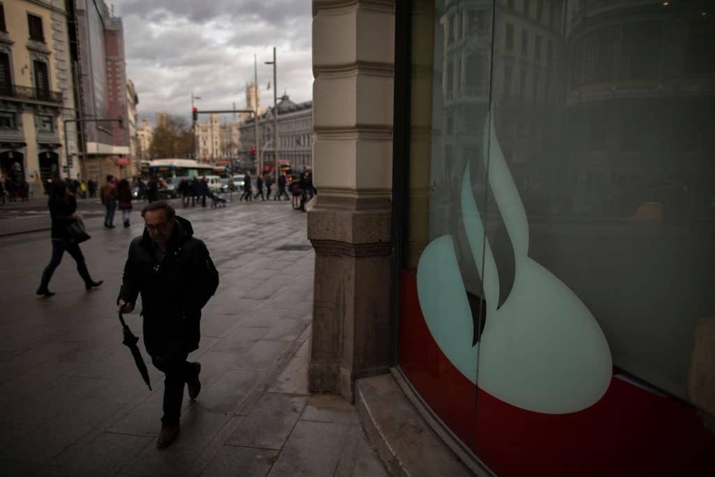 Puedes utilizar los cajeros del banco Santander.
